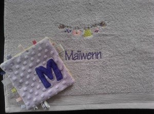 bay-girl_maiwenn-serviette-toilette-brodee-personnalisee-cadeau-naissance-et-doudou-etiquette-assorti