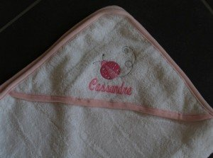 cape-de-bain-brodee-personnalisee-coccinelley_krea-broderie