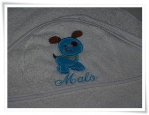 Cape de bain brodée « Puppy » (bleu) et personnalisée d'un prénom