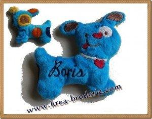 Réalisé en minky dots - bleu. Dos: Bulles turquoise Prénom: fil: marine