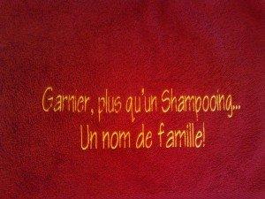 serviette-eponge-brodee-message-garnier
