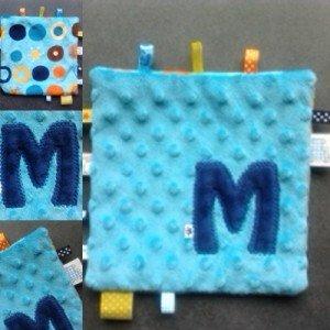 tydou-doudou-etiquette-bleu-initiale-marine-dos-bulles-turquoise