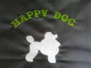 zoom-sur-la-broderie-tablier-personnalise-salon-de-toilettage-canin-HAPPY-DOG_Quimper