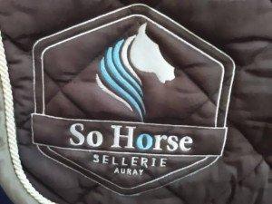 tapis-de-selle-brode_so-horse-sellerie-auray_krea-broderie