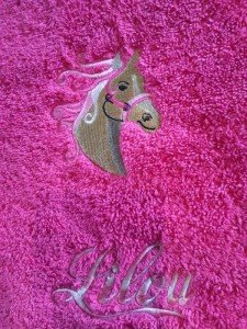 serviette-de-toilette-brodee-cheval-curliz-personnalisee-prenom_lilou