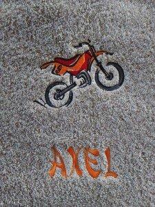 serviette-de-toilette-brodee-motif-moto-2-roues-et-personnalisee-du-prenom_axel_krea-broderie