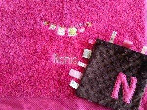 baby-girl_serviette-toilette-brodee-personnalisee-cadeau-naissance-et-doudou-etiquette-assorti